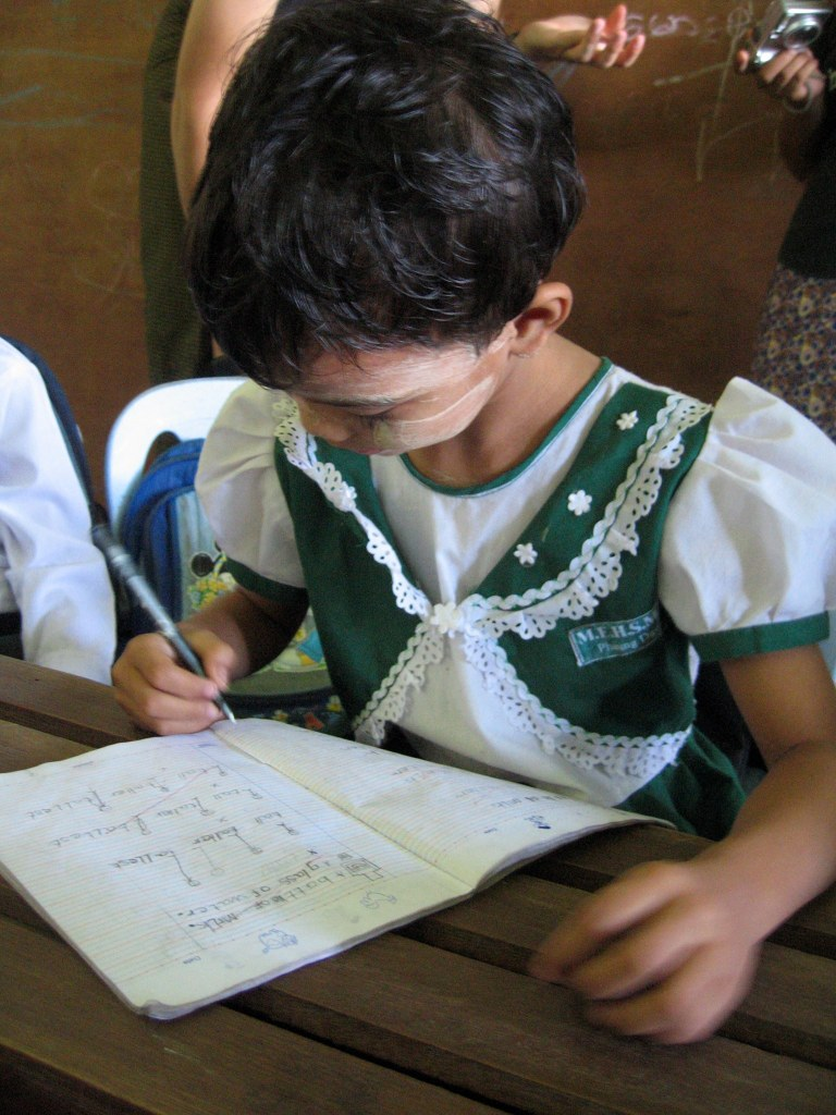寫作業的小女生