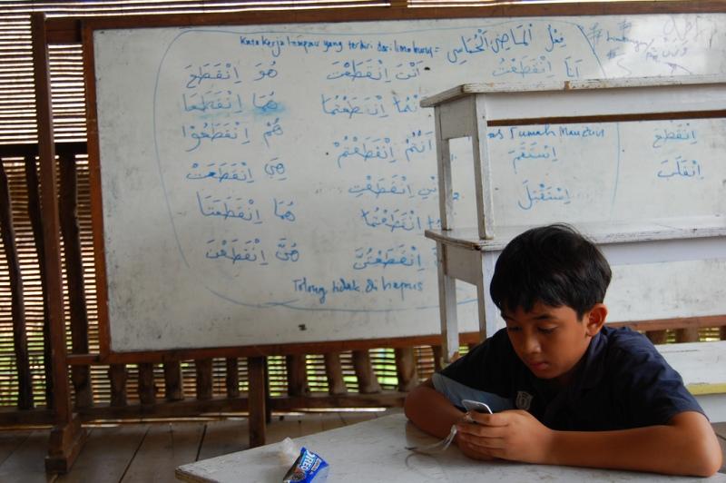 印尼小朋友用手機(Ikhlasul Amal)
