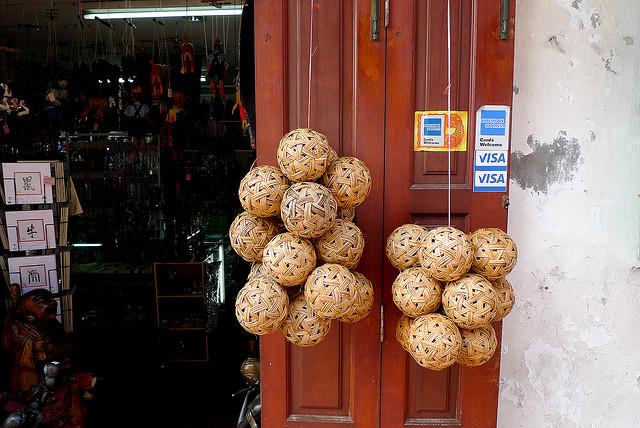 馬來西亞馬六甲小店賣藤球。 (Photo Credit: Sherwin H@Flickr CC BY 2.0)