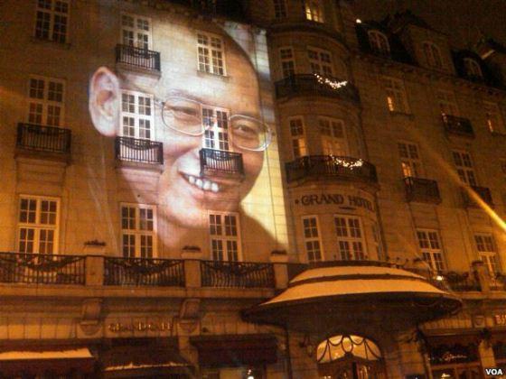 Projected_portrait_of_Liu_Xiaobo_on_Grant_Hotel_Oslo