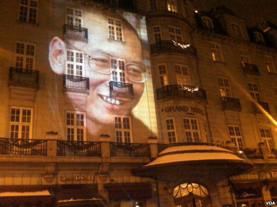 Projected_portrait_of_Liu_Xiaobo_on_Grant_Hotel_Oslo