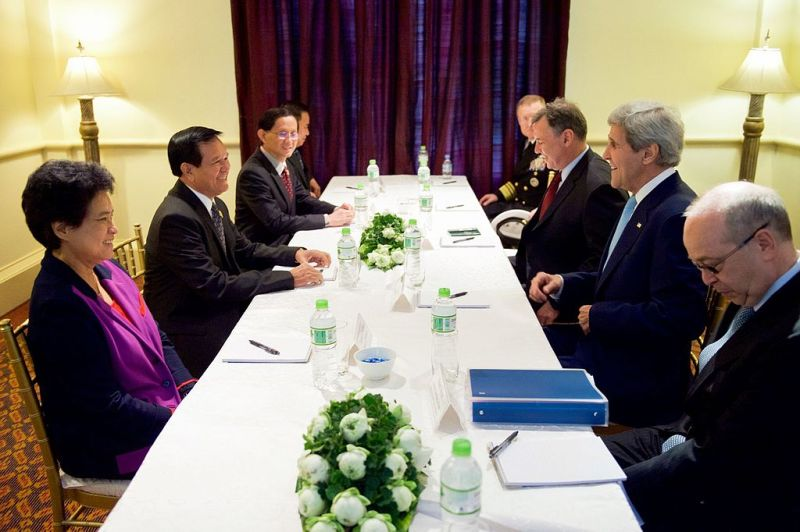John_Kerry_with_Cambodian_MPs (1)