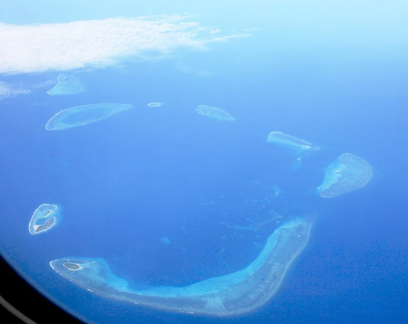 Crescent_Group,_Paracel_Islands,_2007-08-11_retouched